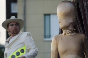 Futuristische Gestalten vor Bergkamener City-Kulisse.
