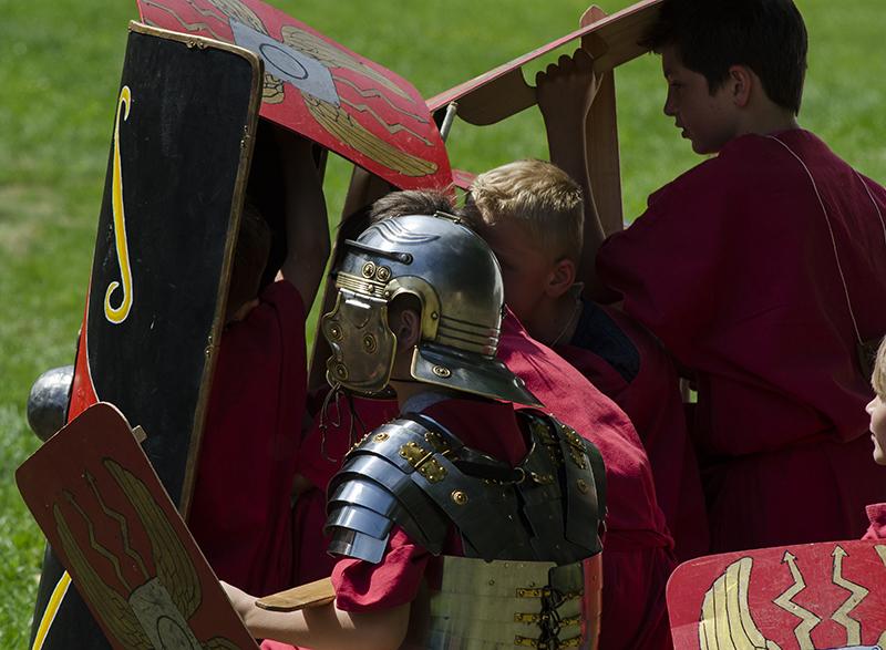 """Gar nicht so leicht: Als """"Schildkröte"""" wie die echten Römer in Formation gehen."""