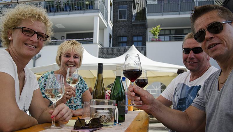 """Prost: Mit Freunden und Bekannten ist ein guter Tropfen wahrlich ein """"Weingenuss am Wasser""""."""