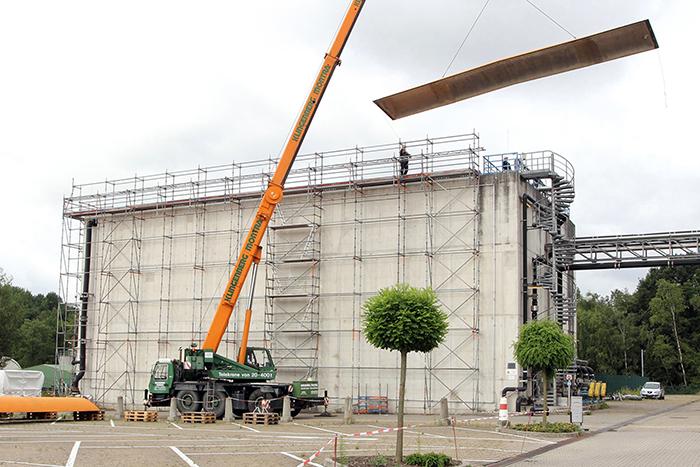 Ein Autokran hebt die insgesamt zwölf jeweils 500 kg schweren Dachelemente zurück an ihren Platz.