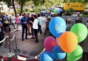 Empfang der Gäste der Jubiläumsfeier vor dem Eingang des Stadtmuseums.