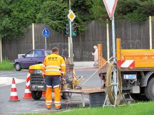 Im Einmündungsbereich der Geschwister-Scholl-Straße in die Landwehrstraße werden Induktionsschleifen eingebaut.