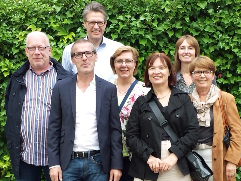 Die Bergkamener Delegation in Köln-Chorweiler, links Magnus Memmeier von den Johannitern.