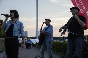 Prima Musik vor Hafen- und Industrie-Kulisse.