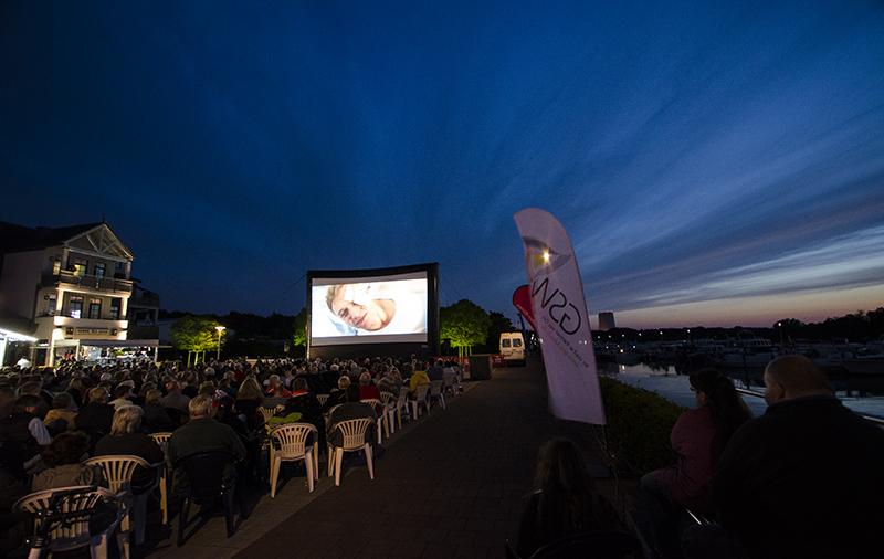 Der spektakuläre Himmel konkurrierte lange mit dem Film auf der Großbildleinwand.