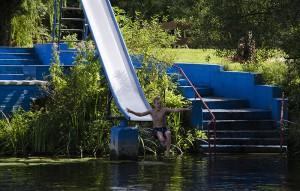 Ab ins Wasser: Mit der Rutsche macht das richtig Spaß.