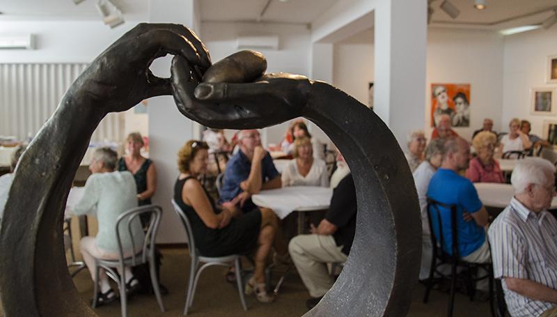 Der Ausstellungssaal wird bei der Finissage der Sohle 1 zum Bistro mit angeregtem Dialog.
