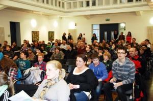 Sebastian Wenmakers bei einer der zahlreichen Kinder-Uni-Vorlesungen, an denen er teilgenommen hat (vorne rechts, gestreiftes Shirt). Foto: Kreis Unna