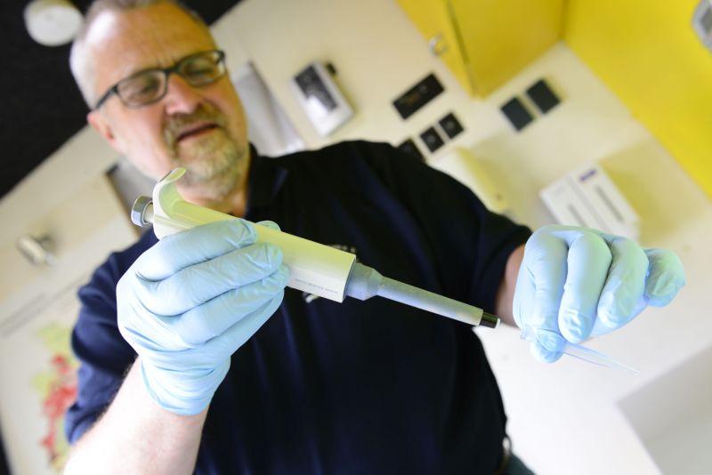 Harald Gülzow bei einer Untersuchung von Wasser im Labormobil vom VSR-Gewässerschutz.