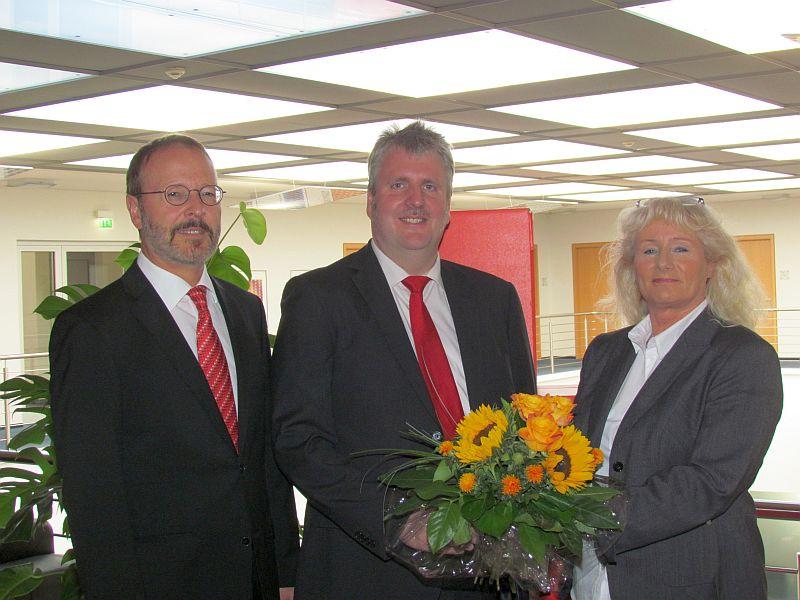 Der Sparkassen-Vorstand Beate Brumberg und Martin Weber gratulierten Michael Klostermann zu seiner 25-jährigen Sparkassenzugehörigkeit. (Jörg Wolters befindet sich nzurzeit in Urlaub.)