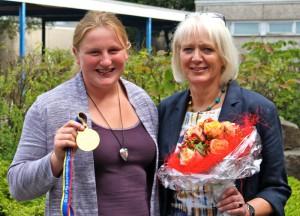 Schulleiterin Bärbel Heidenreich gratuliert Julia Ritter zu ihrem Riesenerfolg bei den Leichtathletik-Weltmeisterschaften.
