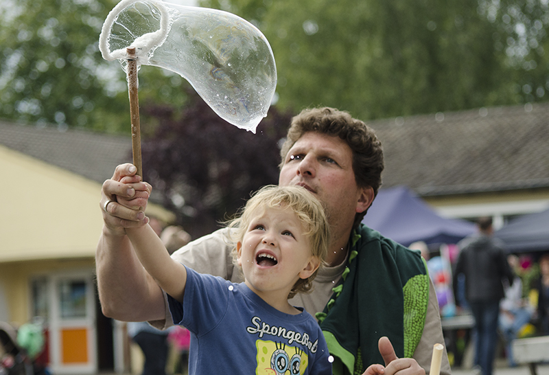 Riesige Seifenblasen waren der Renner beim Weltkindertag - für Groß und Klein.