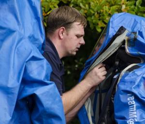 Das Spezialkommando wird mit Chemikalienschutzanzügen vorbereitet.