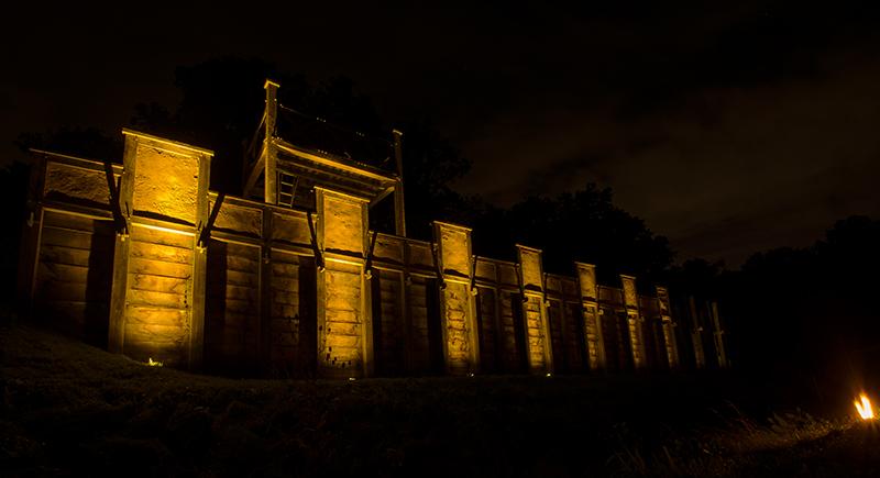 Toller Anblick: Die Holz-Erde-Mauer bestrahlt von der neuen Beleuchtung.