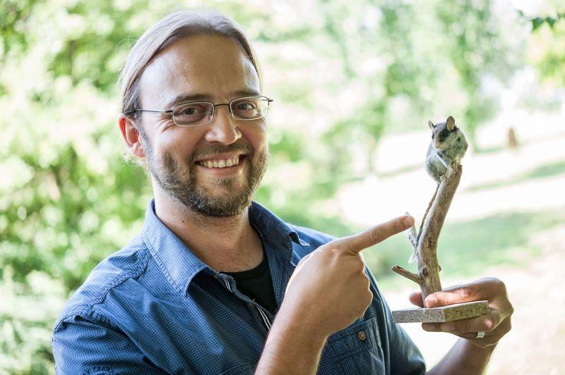 Dr. Jan Ole Kriegs, Zoologe des LWL, hofft auf die Mitarbeit interessierter Bürgerinnen und Bürger zur Vervollständigung des Säugetieratlasses. Foto: LWL/Steinweg
