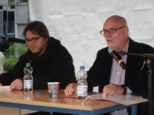 Maik Goth (l.) und Wilfred Mueller rezitieren klassische und moderne Text auf der Festbühne.