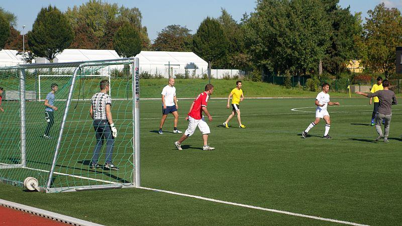 Die Fußballgruppe des Flüchtlingshelferkreises beim Training auf dem VfK-Platz.