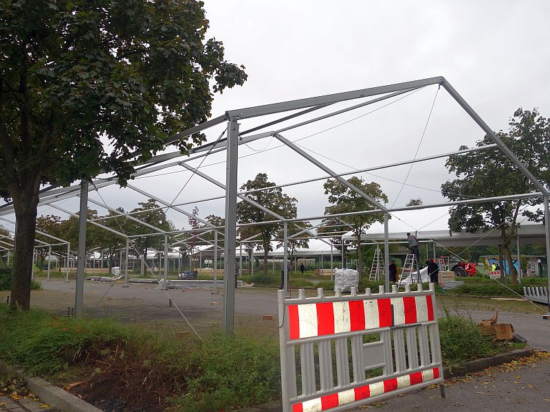 Die Aufbauarbeiten für die Flüchtlingsnotunterkunft auf dem Parkplatz des Wellenbads laufen auf Hochtouren.