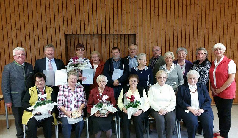 760 Jahre Mitgliedschaft galt es bei der Jubilarfeier der AWO Oberaden zu ehren: Marita George (hintere Reihe, 1. v.r.), Wilfried Bartmann (hintere Reihe, 1. v.l.), Rüdiger Weiß MdL (hintere Reihe 2. v.l.)