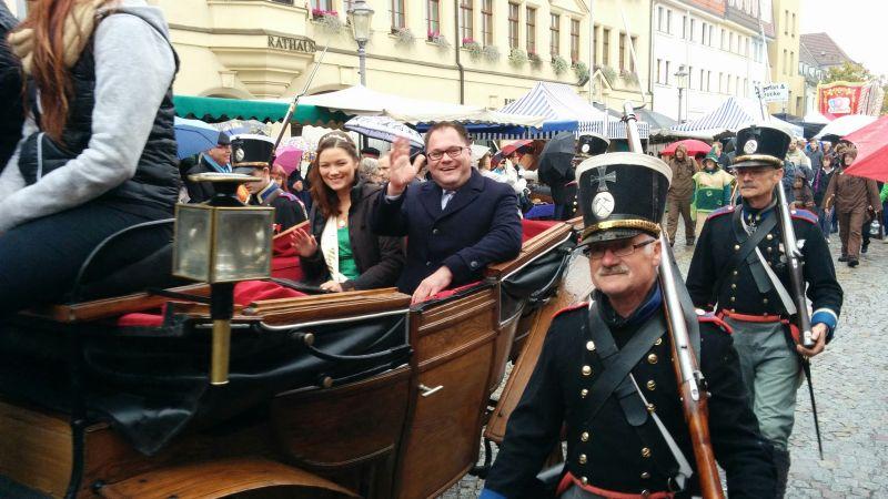 Zwiebelkönigin Anna-Maria I. und Hettstedts Bürgermeister Danny Kavalier wurden beim Festumzug in einer Kutsche gefahren.