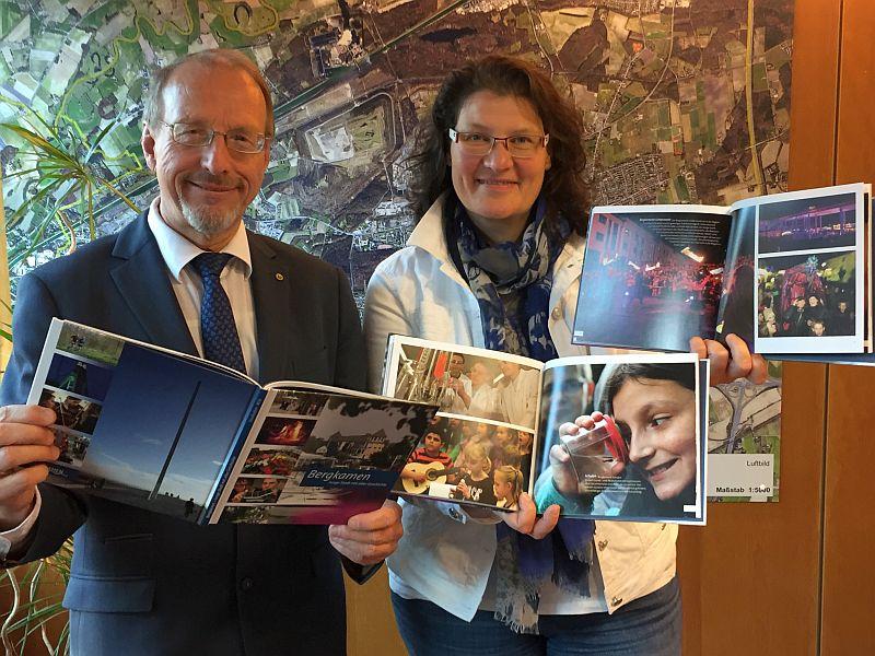 Bürgermeister Roland Schäfer und Monika Lichtenhof stellen den neuen Bergkamener Bildband vor.