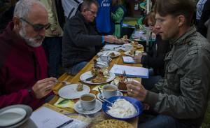 Auch das hat Tradition: Die Jury testet die Kandidaten beim Apfelkuchenwettbewerb.