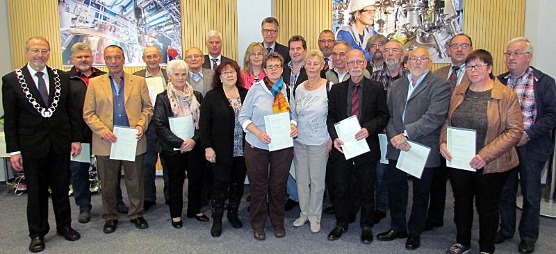 Bürgermeister Roland Schäfer zeichnete diese Bürgerinnen und Bürger mit der Ehrennadel aus.