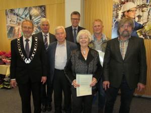 Verleihung der Silbermedaille (v.l.): Bürgermeister Roland Schäfer, CDU-Fraktionschef Thomas Heinzel, Weischenberg, SPD-Fraktionschef Bernd Schäfer, Uwe Frickenstein und Grünen-Fraktionschef Jochen Wehmann.