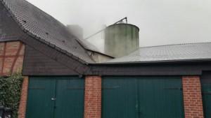 """Wo """"Rauch"""" ist, muss es nicht immer brennen. Diese Wolken über dem Dach des Hofes Darenberg bestand glücklicherweise nur aus Dampf."""