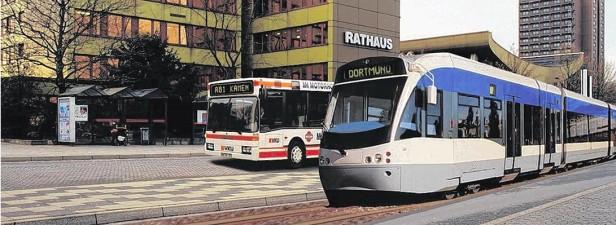 So könnte es in Zukunft an Rathaus und Busbahnhof aussehen: Die Stadtbahn rollt ein. (Fotomontage: Kreis Unna)
