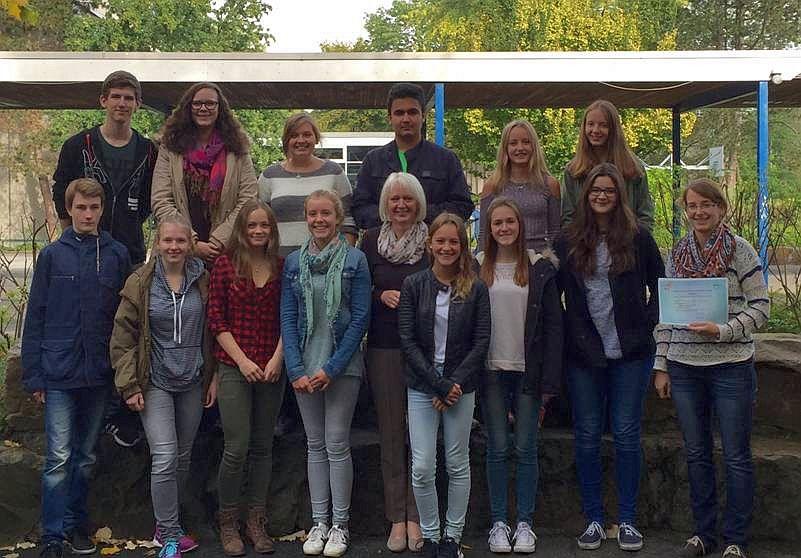 Das Foto zeigt die DELF-Absolventinnen und Absolventen nebst Schulleiterin Bärbel Heidenreich (untere Reihe, Mitte) und DELF-AG-Leiterin Constanze Lieb (unten rechts). Foto: SGB.