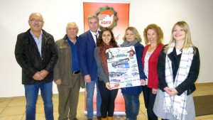 Islay Islar (m.) präsentiert mit ihren Unterstützern das Programm des Comedy-Abends der Alevitischen Jugend am 14. November.