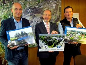 Thomas Hartl, Amtsleiter zentrale Dienste, Bürgermeister Roland Schäfer und Karsten Quabeck vom Stadtmarketin (v.l.) präsentieren den Bergkamen Jubiläumskalender.