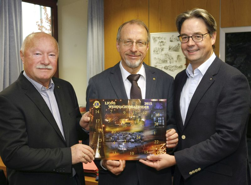 Kalender-Organisator Ernst Schregel,   Bürgermeister Roland Schäfer und Lions-Präsident Robert Stams. Die   beiden Lions  überreichen BM Schäfer einen der ersten Kalender.