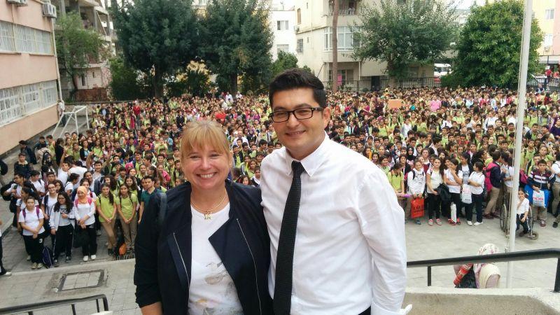 Ilka Detampel und Emre Emre Duru, im Hintergrund über 1000 Schülerinnen und Schüler der Atatürk-Schule, die die Delegation aus Bergkamen auf das Herzlichste begrüßen.