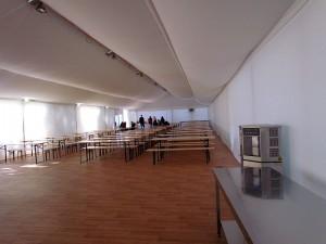 Über 300 Menschen finden im großen Speisezelt Platz. Das Essen wird von einer Großküche geliefert.