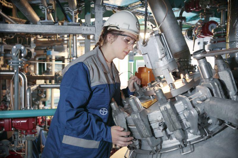 Gina Rosenthal, Mitarbeiterin des Kontrastmittelbetriebs, bei der routinemäßigen Kontrolle eines Rührwerks