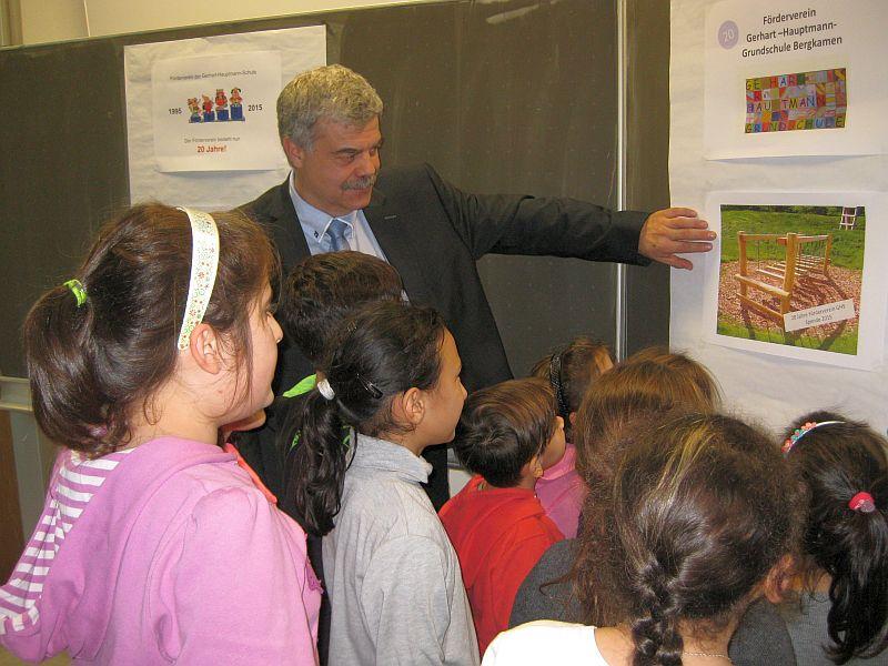 Stefan Klußmann zeigt den Kindern, wie die Wackelbrücke aussehen wird.