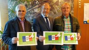 Präsentation der Postkarte für den Frieden (v.l.): Wolfgang Kerak, Roland Schäfer und Werner Matiak.