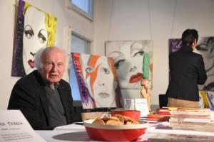 Bei Dieter Treeck gab es Bücher, im Hintergrund Bilder von Barbara Strobel.
