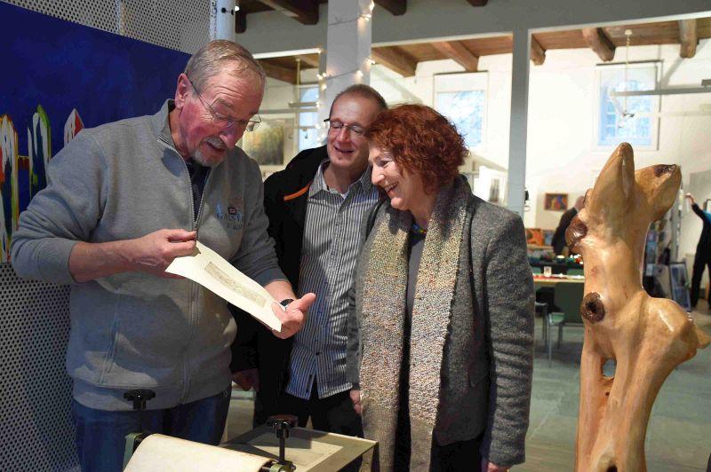 Die Mitglieder der Künstlergruppe stellen nicht nur ihre Arbeiten aus, sondern erklären auch ihre Werke wie hier Helmut Ladeck mit dem Bergkamener Kulturausschussvorsitzenden Thomas Grziwotz und Gattin Elke.