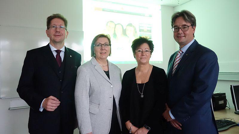 Stellten den neuen Online-Sprachkurs für Flüchtlinge vor (v.l.): Dr. Setfan KLatt, Christine Busch, Sabine Ostrowski und Rober Stams.