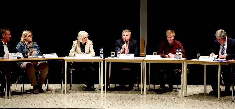 Podiumsdiskussion am Gymnasium mit dem SPD-Landtagsabgeordneten Rüdiger Weiß (m.)