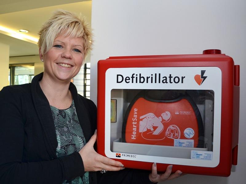 Auch im Kreishaus in Unna gibt es einen Defibrillator. Standort ist bei Nicole Vieler (Foto) und ihren Kolleginnen an der Info im Erdgeschoss. Foto: B. Kalle – Kreis Unna