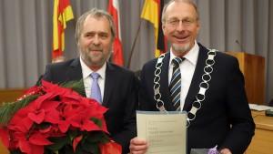 Seit 25 Jahren gehört Harald Sparringa (l.) dem Bergkamener Stadtrat an. Bürgermeister Roland Schäfer überreichte ihm eine Urkunde und eine Uhr.