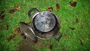 Den Übeltäter, ein Kochtopf, schafften die Feuerwehrleute ins Freie, damit er sich dort abkühlen konnte.