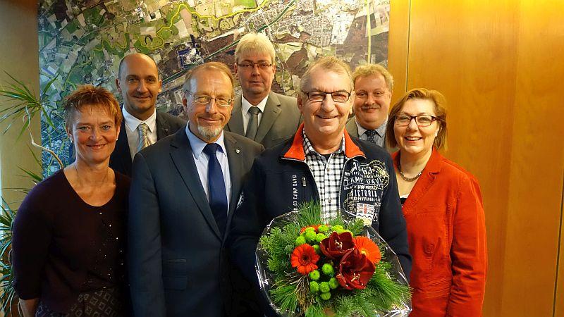 Bürgermeister Roland Schäfer hat am Mittwochmorgen Werner Turk (mit Blumen) offiziell aus den städtischen Diensten verabschiedet.