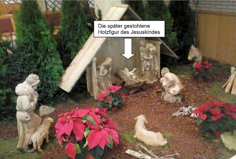 Krippe des Pertheszentrums. Das später gestohlene Jesuskind ist mit Pfeil markiert. Foto: Pertheszentrum