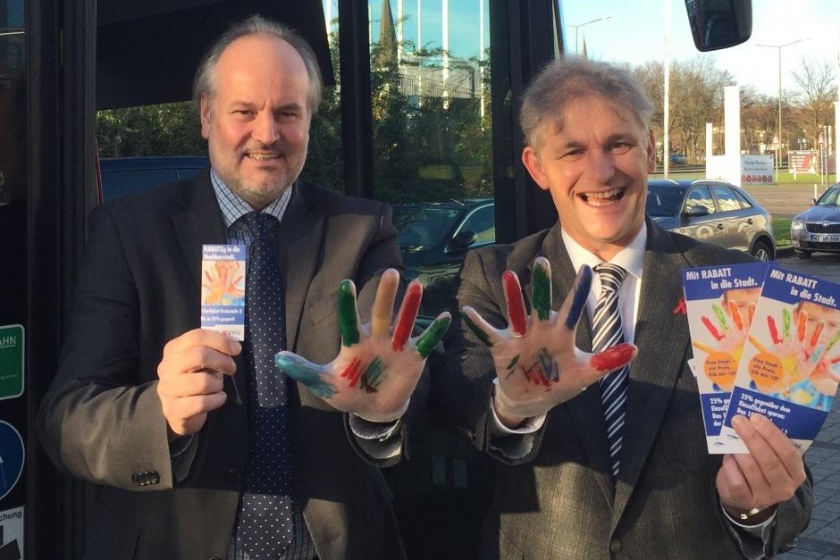 Werben für das neue 10er Ticket: (V.l.) VKU-Geschäftsführer André Pieperjohanns sowie der VKU-Aufsichtsratsvorsitzende und Landrat des Kreises Unna, Michael Makiolla. Foto: VKU