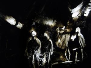Silhouetten im Schacht - ein Ausschnitt aus einem Kunstwerk.